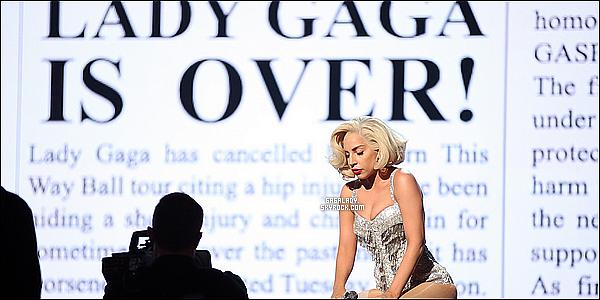 24.11.2013 - Lady Gaga a la cérémonie des American Music Award (performance), elle est magnifique !  Gaga a performé son deuxième single DWUW en duo avec R.Kelly une performance superbe. Vous pensez quoi de cette performance ?