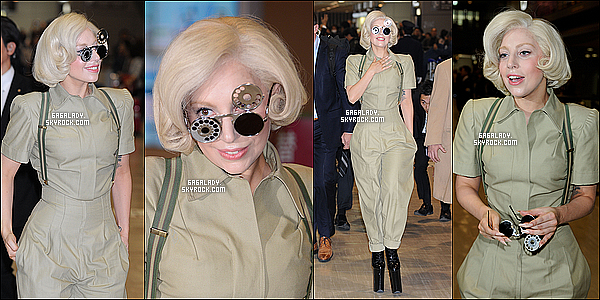 25.11.2013 - Lady Gaga arrivant a  l'aéroport pour prendre l'avion direction le Japon   un petit Top pour la tenue!  Le même jour Lady Gaga arrivant a l'aéroport au Japon, j'adore sa tenue mais pas les lunnettes. Vous pensez quoi de cette tenue ?