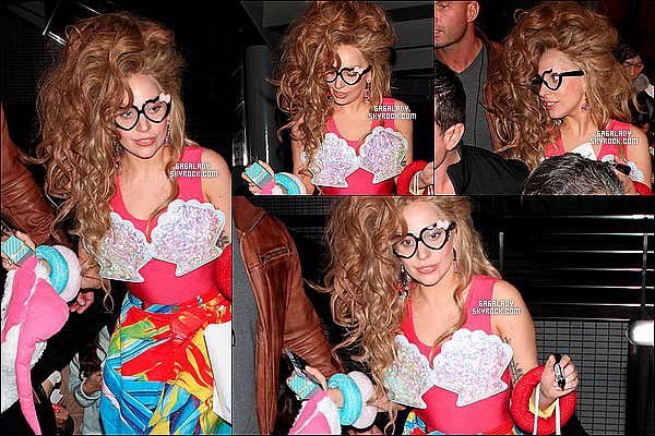 27.11.2013 - Lady Gaga repéré quittant un restaurant à Tokyo, elle est jolie une tenue vraiment enfantine TOP!.   + Gaga a performer une partie d'ARTPOP dans l'émission  « Lady Gaga & the Muppets' Holiday Spectacular » diffuser hier au USA.