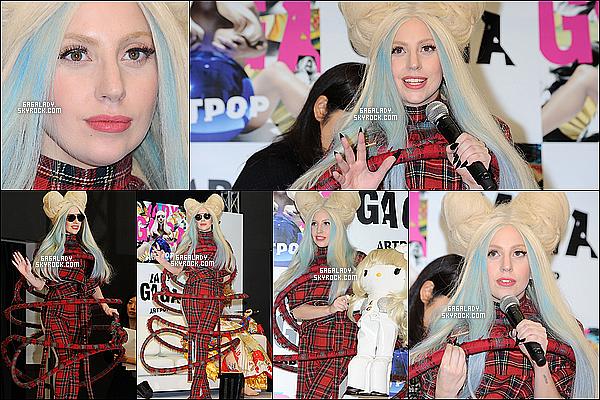 01.12.2013 - Lady Gaga à la conférence de presse pour les GAGADOLLS, elle est magnifique un top!   + Pour info' les Gagadolls sont des bornes pour écouter le nouvel album ARTPOP nous savons pas ou elles seront placées encore.