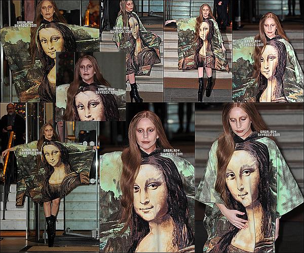 04.12.2013 - Gaga sortant de son hôtel à Londres , en Mona Lisa et je préfére ses cheveux comme ça TOP.  + Gaga dans cette tenue porte une attention a l'exposition du Louvre de Paris (bientôt en france?) . Que pensez vous de cette tenue?