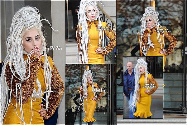 10.12.2013 - Gaga  quittant son hôtel à Londres , une magnifique tenue et toujours avec ses dreadlocks TOP.  + Lady Gaga a rajoute deux dates de concert pour le Lady Gaga's artRAVE : The ARTPOP Ball. Que pensez vous de cette tenue?