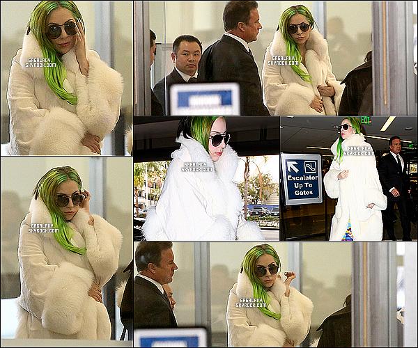 """18.12.2013 - Lady Gaga a été aperçue à l'aéroport de Los Angeles   destination inconnu, un gros top pour Gaga! Elle était à Los Angeles pour """"The Voice"""" gaga part je pense direction N-Y pour retrouver sa famille pour les fêtes de fin d'année."""