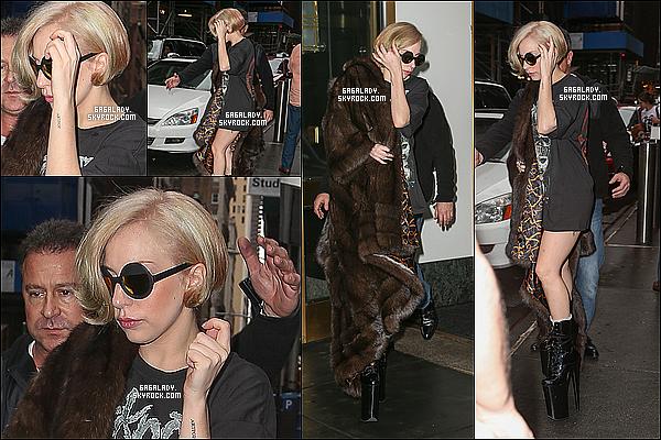 22.12.2013 - Lady Gaga a été aperçue à New-York   quittant son appartement, un gros top pour Lady Gaga! Elle est a New-York pour retrouver sa famille pour les fêtes de fin d'année et son chéri Taylor Kinney . Que penses-tu de cette tenue ?