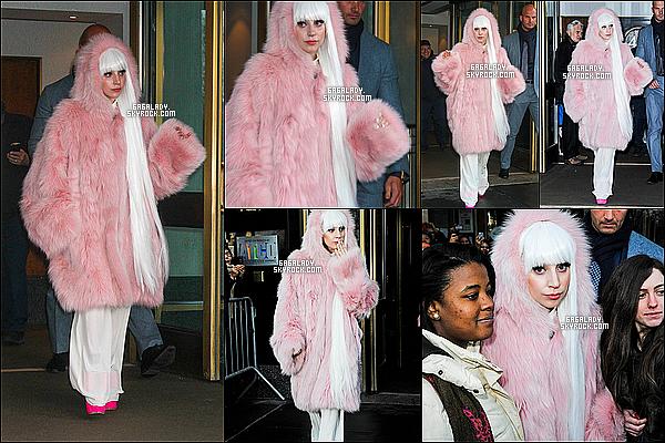 18.02.2014 - Lady Gaga sortant de son appartement pour les studios du Tonigh Show, un vrai TOP!  18.02.2014 - Lady Gaga sortant desstudios du Tonigh Show ou elle donner une performance de ARTPOP, un vrai TOP!