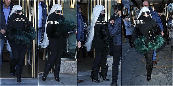 26.03.2014 - Lady Gaga sortant et rentrant de son appartementà New-York dans la même tenue rare.   Cette tenue me rappelle beaucoup l'époque de The Fame surtout les lunettes qu'elle porte. Vous pensez quoi de son style ?