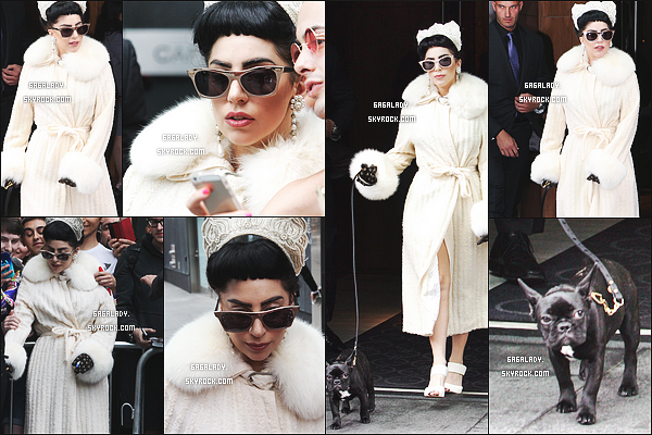 07.07.2014 - Lady Gaga sortant de son hôtel toujours avec la petite Asia à Toronto, Flop pour Miss Gaga!    J'aime pas cette tenue c'est juste un gros flop on dirait un peignoire elle a oubliée qu'on est été. Vos avis sur la tenue? sur les cheveux?