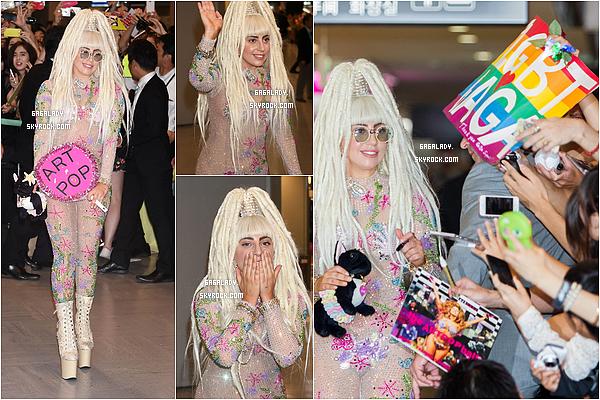 12.08.2014 - Lady Gaga arrivant en Asie pour la suite de ça tournée mondiale ArtRAVE, J'adore sa tenue!    L'album ARTPOP de Lady Gaga est numéro 1 en Asie. C'est un vraiment carton dans ce pays. Que pensez vous de ça tenue?