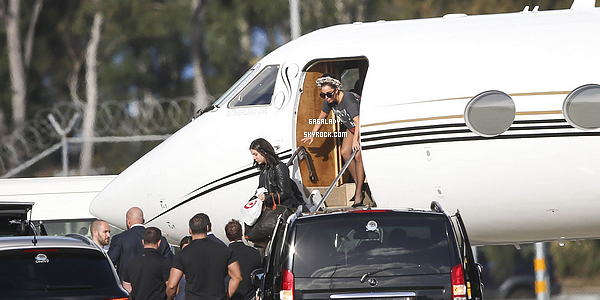 27.08.2014 - Lady Gaga sortant de son jet privé arrivant à Sydney en Australie pour ça tournée mondiale.   + Plus tard, Lady Gaga arrivant à son hôtel. Le retour des boucles italiennes, j'aime beaucoup cette coiffure. Ton avis?