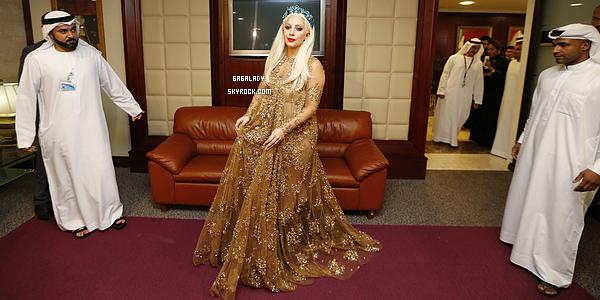 - Le 8 septembre 2014, Lady Gaga arrivant à Dubaï dans une tenue locale. Un gros TOP!