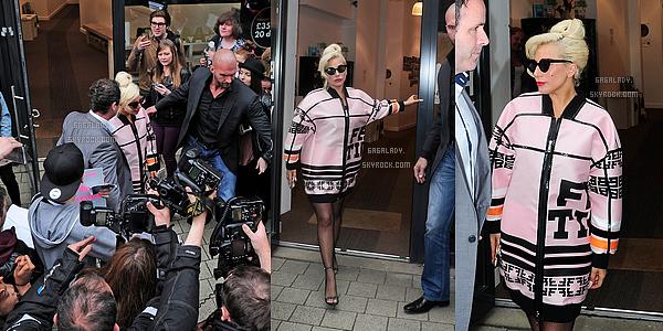 09.06.2015 - Stefani Germanotta allant à son cours de Yoga toujours à Londes. Elle est Magnifique. TOP!  + Le concert de Lady Gaga et Tony Bennett à Londres à été annulé car Tony était malade. Bon rétablissement à lui.