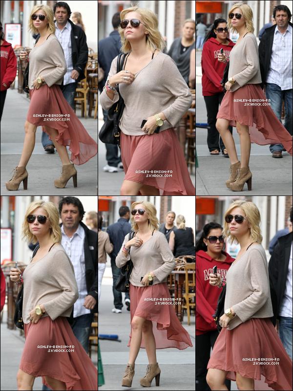 . Ashley quittait le Bowery Hotel de New York City, puis y retournait, le 07 mai.  .