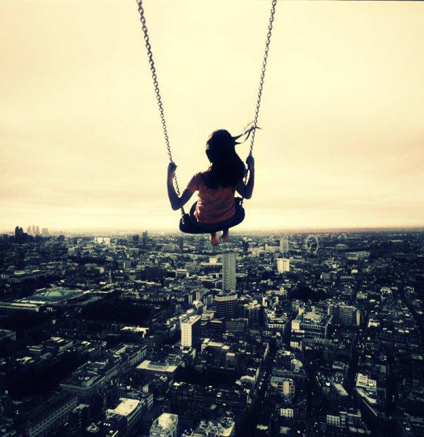 On  a affaire à une reveuse , complètement déconnectée de la réalité . En sautant elle a surement cru qu'elle allait voler . ( virgin sucide )