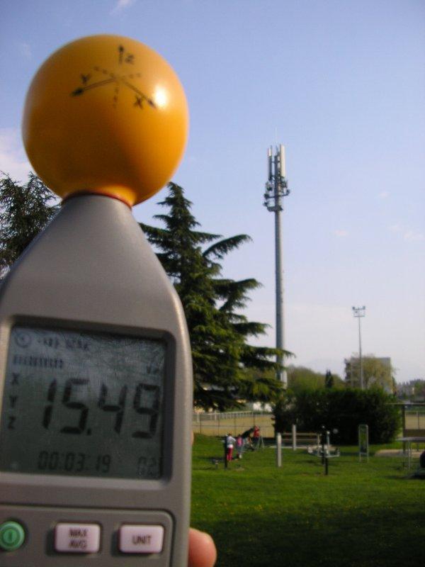 A Fontaine (38) nous avons mesuré 23,23 volts/mètre à proximité immédiate des habitations!!!