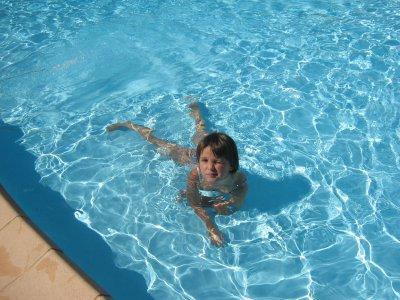 ma clara a la piscine du camping