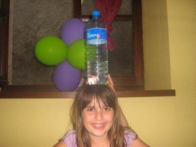 et oui ma debie est magicienne la bouteille d eau tien toutes seule sur sa tete au 40 ans de betty