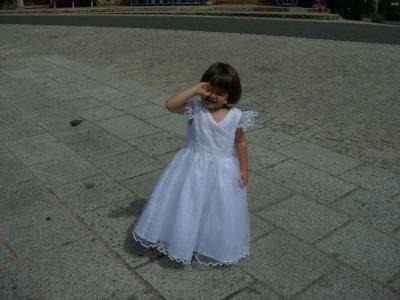 trop belle avec sa robe devant l eglise