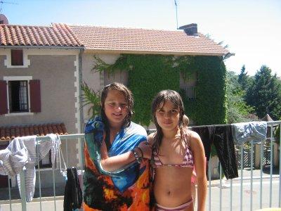 cloe ma niece a gauche et deborah en maillot a droite au soritr de la piscine a la maison