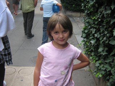 clara qui prend la pose dans  les rues de paris mimi