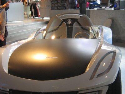 voiture prise au salon de peugeot sur les champ elysee voiture du futur lol