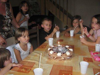 les 6 ans de clara  elle fait sa moue boudeuse mais en fait elle ai contente de souffler ses bougies
