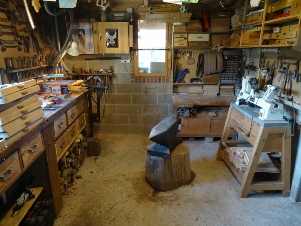 pose d'un plancher dans l'atelier