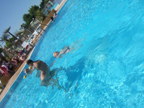 en pleine séance de cours de natation