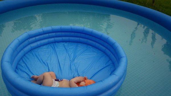 mon bebe dans la piscine