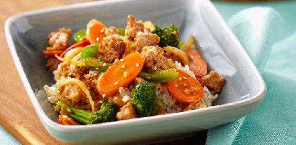 Poulet haché sésame frit à la chinoise sur riz brun!