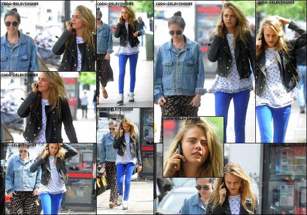 ••• CANDIDS le 25 juin , Cara a été vue se baladant à Chelsea.