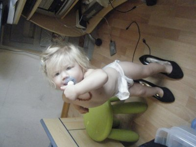 hihi..... tjrs la petite de ma soeur qui s amuse à mettre les nouvelles chaussures de sa maman: octobre 2010 quand j ai été dormir chez ma soeur mdr!!!
