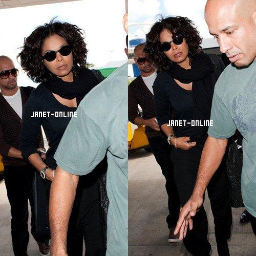 Janet à l'aéroport de LA + Plus d'images du procès