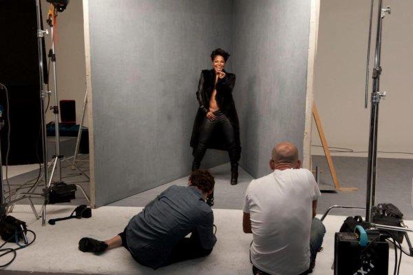 """Glee chante """"Control"""" / Une photo en couleur du photoshoot pour """"Blackglama"""""""