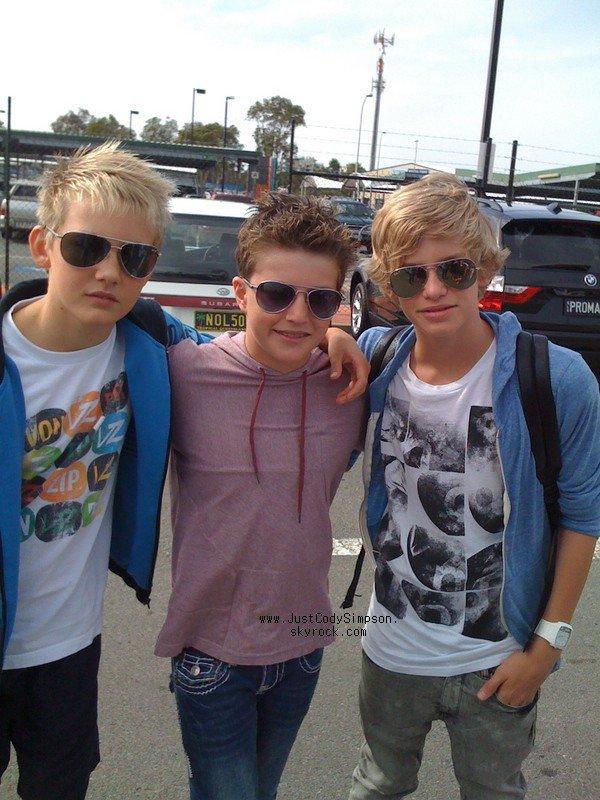 ____ Photo de Cody et ses amis Campbell & Josh qui lui ont fait la surprise de venir le chercher à l'aéroport de Gold Coast en Australie samedi lors de son retour. ____