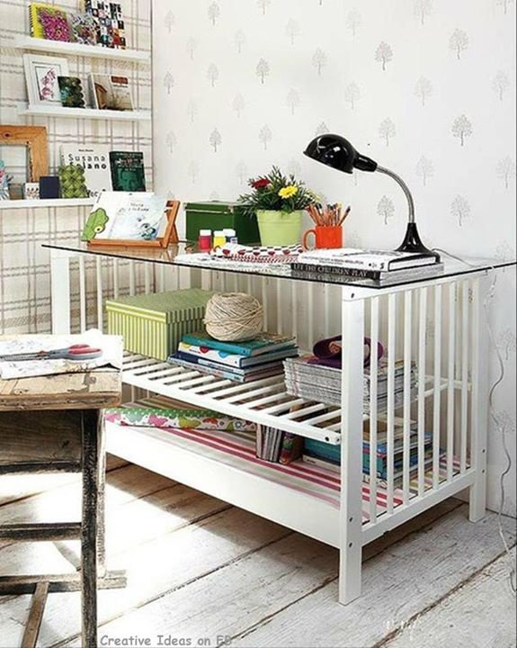Encore des idées original sur le net créer un bureau a partir d'un lit de bébé, pas mal l'idée je trouve.