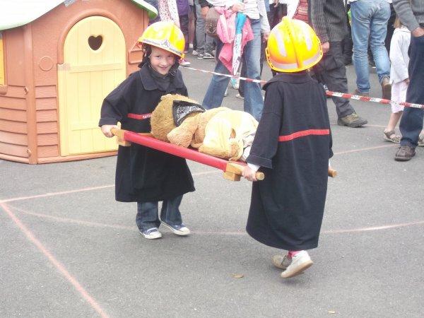 A la kermesse  du dimanche 29 juin . deux petits Enfants  (l)  (l)