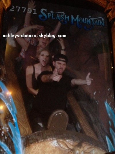 ♦  Ashley s'est rendu à Disneyland