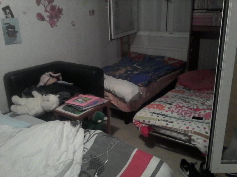 QUAND J AI DU PEUPLE ( 5 personnes ) QUI DEBARQUE 1 WEEK END SUR 2 alors que nous sommes deja 8 a la maison ET QU IL FAUT FAIRE DORMIR TOUT LE MONDE mon salon et ma chambre donne ca !!!!!!! looooooooo