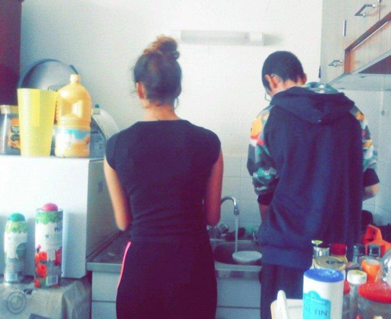 MDRRRRR il suffit que j abandonne tout le monde durant 8 jours et hop ils se mettent a deux pour faire la vaisselle !!!!! heeeeeee bah je vais les abandonner plus souvent dit donc !!!!
