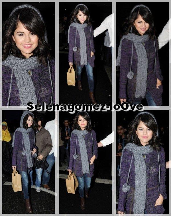 01/10/10 Selena saisissant des aliments de Wagamama à Londres.