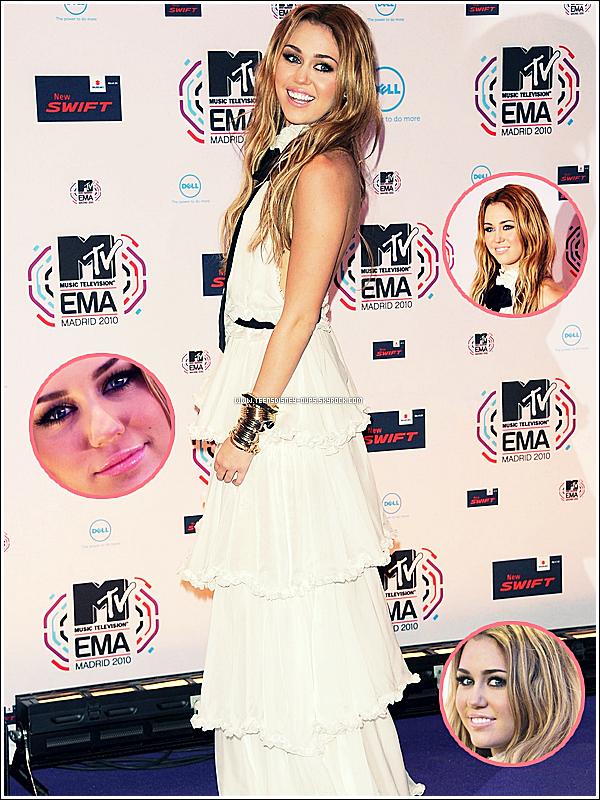 Miley était aux MTVEMA à Madrid. C'est sur une prestation pas tété et aucun prix qu'elle s'en est allé. ouiiiin.   Je ne sais pas quoi dire. Ce n'est pas horrible mais on a vraiment connus mieux. La prestation manque cruellement d'originalité. Une chorégraphie avec des figures plutôt intéressantes mais ça s'arrête là. La voix de Miley est vraiment pas terrible, la chanson est trop grave pour elle, ce qui fait qu'on l'entend à peine, elle me fait penser à Selena Gomez à bout de souffle à certains moments. ( ouuuch l'insulte. pfuahaha ) Sinon la tenue, c'est un peu du déjà vue sur scène comme à Toronto pour je sais plus quel évènement. Par ailleurs, Miley n'a remporté aucun prix étant battus par Gaga à chaque fois. Elle méritait un prix sur deux mais bon, on l'attend au tournant ! Sinon, je la trouve maaaagnifique sur la tapis violet mes cocos.