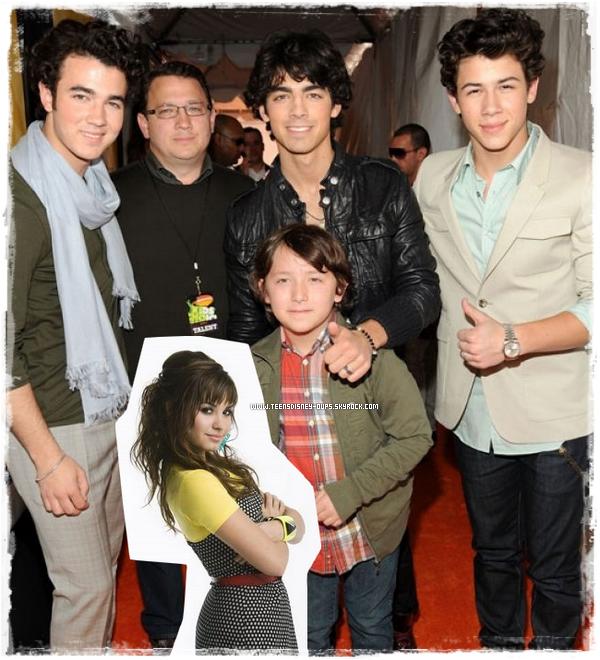 """Demi Lovato : C'est le père des Jonas Brothers qui l'aurait renvoyée chez elle...  Vous le savez tous, Demi Lovato est actuellement en train de se faire soigner dans un centre de traitement mais sa décision d'arrêter la tournée viendrait en fait du père des Jonas après une violente dispute entre Demi et un danseur à l'aéroport de Lima..Si Demi Lovato a décidé de se reposer pendant quelques temps et d'intégrer un centre de traitement, il semblerait que cette décision fait suite à une intervention du père des Jonas Brothers. Lorsque ces derniers et Demi Lovato sont arrivés à l'aéroport de Lima, au Pérou, le samedi 30 octobre, la chanteuse a pété un plomb : """" Elle s'en est pris violemment à un des danseurs de la tournée devant tout le monde. Puis elle a menacé verbalement Ashley Greene, qui était également présente à l'aéroport et a été témoin de toute la scène."""" Ce """"pétage de plomb"""" de Demi ne lui ressemblant pas, le père des Jonas, Kevin Jonas Senior, serait immédiatement intervenu auprès d'elle en disant : """"Ça suffit, tu rentres chez toi"""". Ce craquage aurait par ailleurs fait prendre conscience à Demi qu'il était temps pour elle de faire une pause et de soigner son """"épuisement émotionnel"""" qui, d'après la dernière rumeur en date, est la conséquence directe de la découverte du """"coup de pub"""" de son histoire d'amour avec Joe Jonas. Texte rédigé par fan2.fr"""