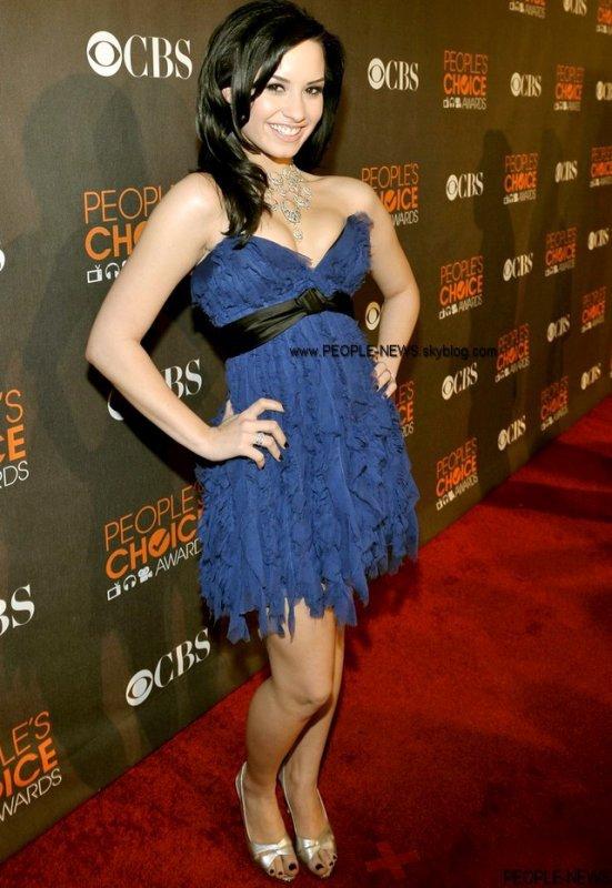 """Demi Lovato en cure à cause de la cocaïne ! Le syndrome des enfants-stars a-t-il touché la jeune Demi Lovato ? C'est ce qu'affirment deux témoins, qui jurent que l'ex de Joe Jonas est dépendante depuis longtemps à la cocaïne. Ce serait la raison de son entrée en cure, même si l'entourage de l'héroïne de Camp Rock a parlé de fatigue due à son rythme de vie. Un étudiant américain, Brian Payne a déclaré : « Elle consommait ligne après ligne comme une vraie pro... À l'époque elle n'avait que 17 ans. » Une déclaration difficile à prouver ? Peut-être… Sauf qu'un autre témoin a déclaré à RadarOnline avoir de quoi faire plonger la jeune starlette, avec une vidéo qui la montre consommant de la drogue lors d'une fête : « Demi était agressive, elle draguait tout le monde et prenait de la coke partout dans la maison. Celui qui organisait la soirée a fait plusieurs vidéos de ça. Demi hurlait : """"hey je suis une célébrité. Je me moque de ce que vous pensez de moi, le monde entier m'adore"""". Il a pris des photos d'elle dans la salle de bain en train de finir une ligne. » C'est bien dommage pour cette jeune femme, et cella est trés decevant !"""