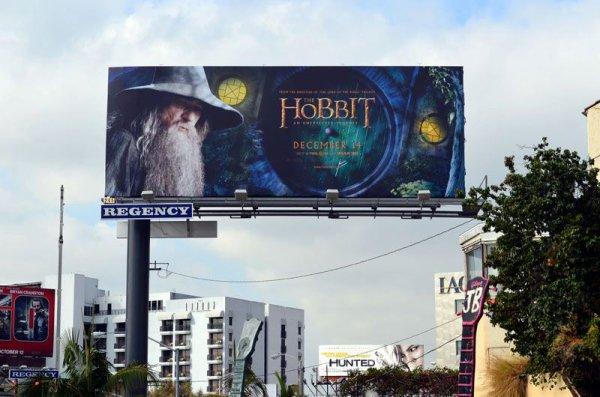 #TheHobbit :Ian McKellen a publié ces deux photos sur Facebook et j'étais obligée de vous les poster ici.Il s'agit d'une bannière The Hobbit à l'effigie de Gandalf qui est en place à Los Angeles ! Je veux la même en France !