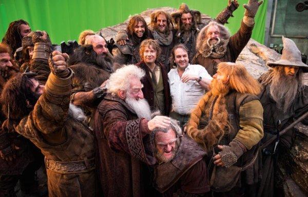 ■ [ The Hobbit ]  Nouvelle photo de Peter Jackson entouré de la compagnie sur le tournage
