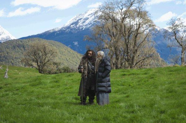■ [ The Hobbit ]  Deux Nouvelles photos du tournage que j'aime particulièrementGandalf avec sa doudoune à la grande classe et PJ est juste hilarant !