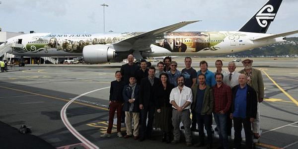 ■ [ The Hobbit ]  L'équipe du film et l'avion The Hobbit