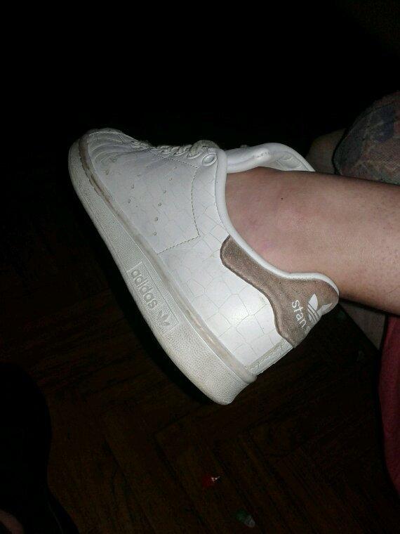 Pieds de ma femme pieds nus dans ses stan smith
