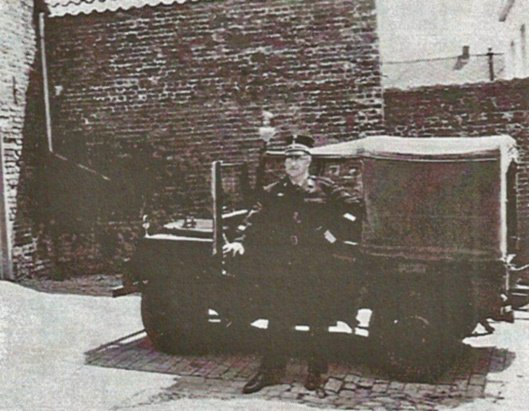 FLOBECQ la première jeep Minerva de la gendarmerie.