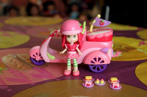 Charlotte Aux Fraises et son fraisi-scooter ! ^^